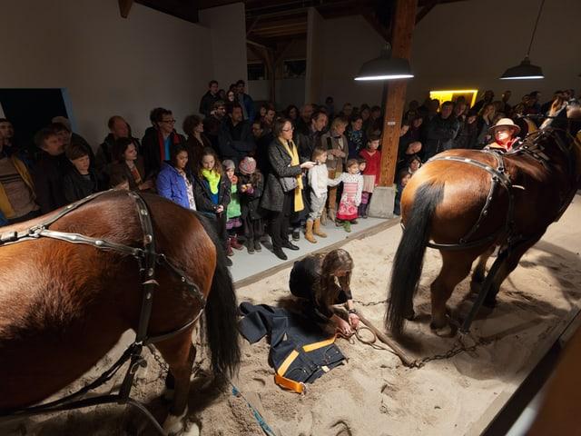 Performance im Kunstraum Walcheturm: Zwei Pferde sollen eine Levi's Jeans zerreissen.