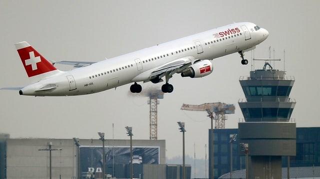 Ein Swiss-Flugzeug startet vom Flughafen Zuerich Kloten