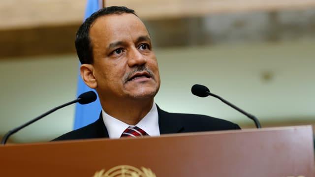 Der UNO-Sonderbeauftragte Ismail Ould Scheich Achmed an einem Rednerpult.