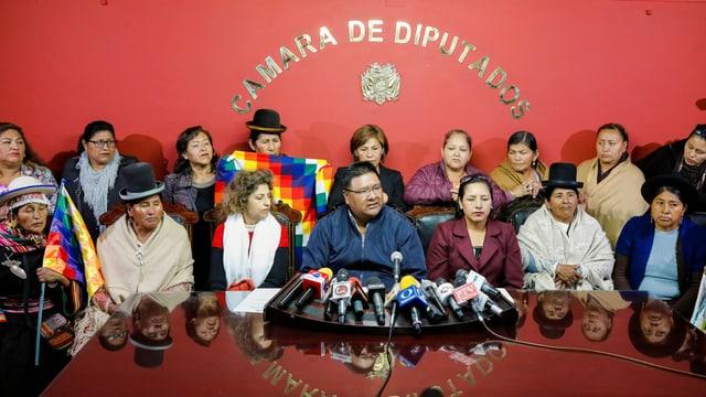 Abgeordnete bei einer Medienkonferenz.