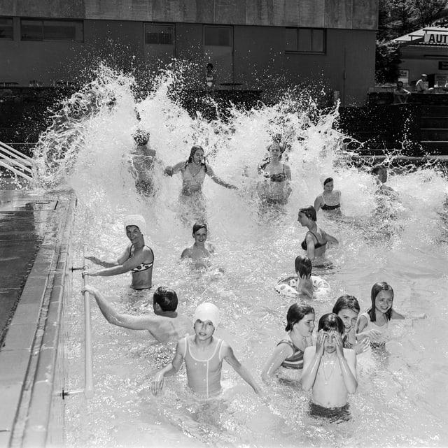 Planschende Kinder in der Badi Dolder 1969.