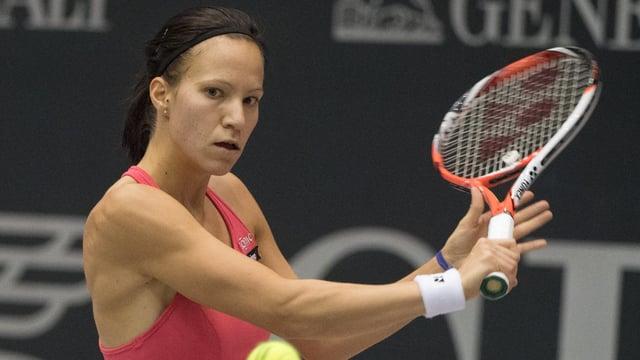 Viktorija Golubic spielt eine Rückhand.