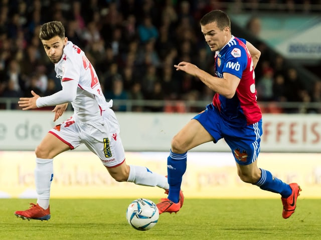 Sions Bastien Toma im Zweikampf gegen Basels Kevin Bua.