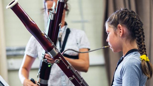 Ein Mädchen spielt Fagott.