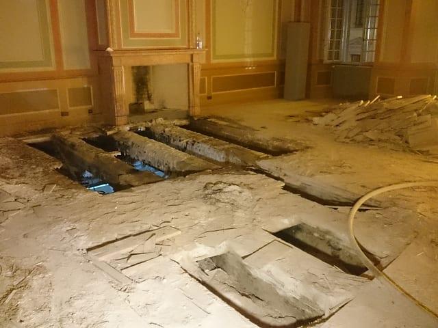 Der beschädigte Boden in Grossaufnahmen.