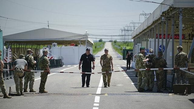 Ukrainische Truppen bei einem Checkpoint zur sogenannten Volksrepublik Donezk.