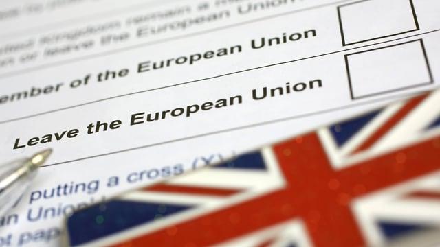 Symbolbild: Abstimmungsbogen mit Kugelschreiber und Union Jack.