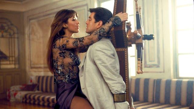 Marceau an der Seite von Brosnan. Sie wirft sich ihm an den Hals.