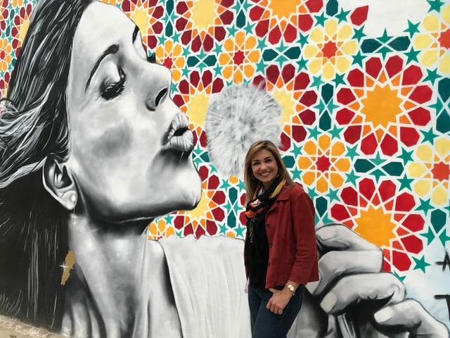 Ilda Nahas vor einem Graffiti