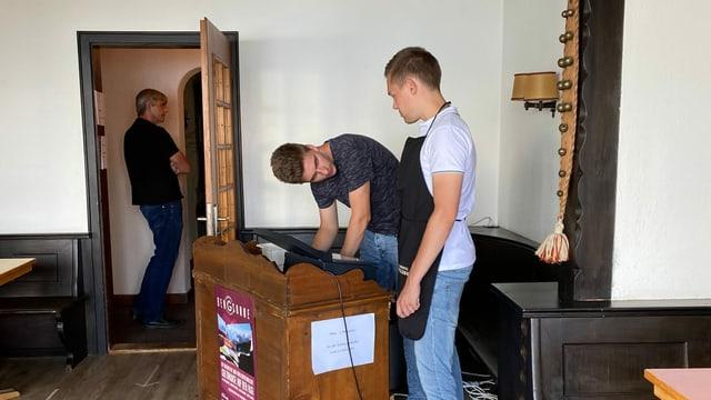 Junge Männer packen im Hotelbetrieb an.