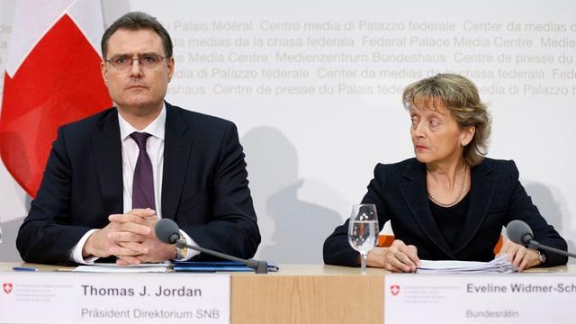 Il president da la banca naziunala e la ministra da finanzas.