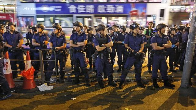 Polizisten in einer Reihe.