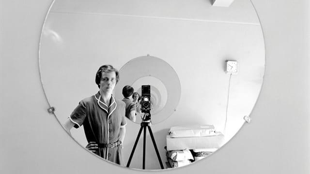 Vivian Maier fotografiert sich selbst im Spiegel