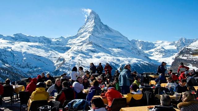 Touristen, im Hintergrund das Matterhorn