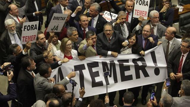 """Oppositionelle halten Transparente mit der Aufschrift """"Temer raus!"""" hoch."""