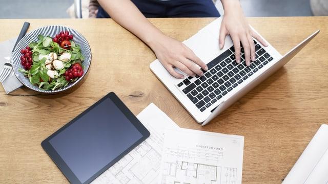Laptop, Wohnungsgrundriss, Salatschüssel.