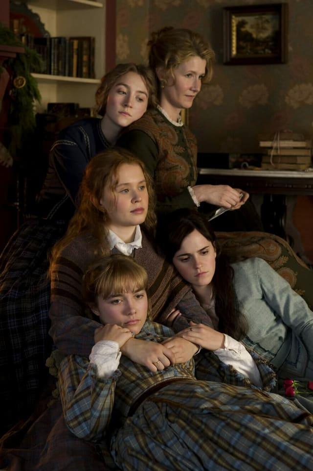 5 Frauen kuscheln sich aneinander.