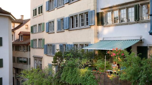 Ein Fassadenwand von Altbauten im Zürcher Niederdorf.