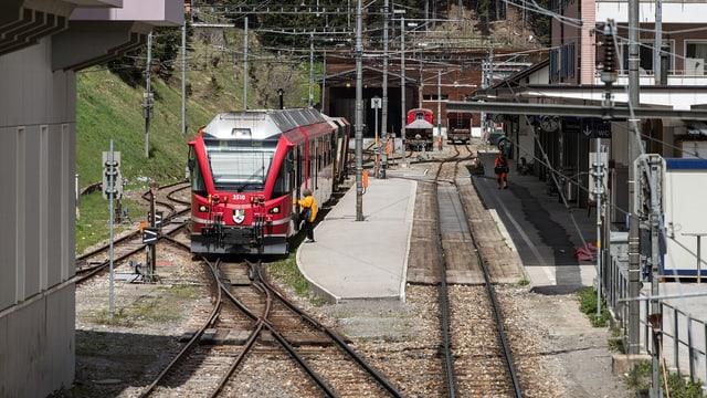 Ein Zug steht am Bahnhof in Arosa.