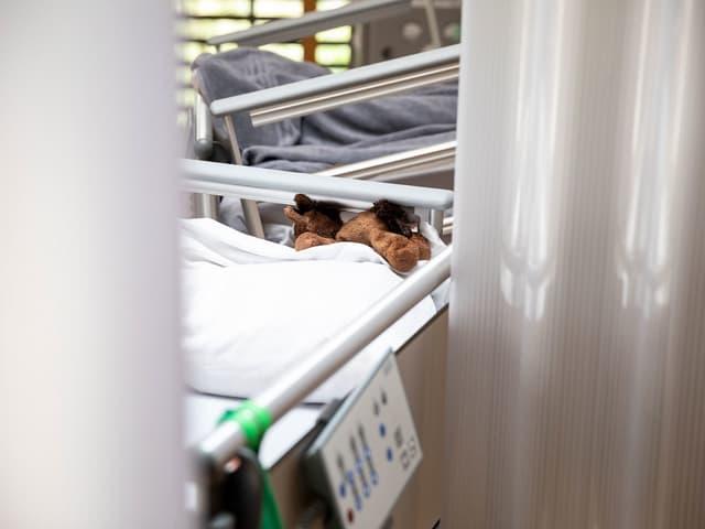 Spitalbetten, auf einem liegt ein Stofftier