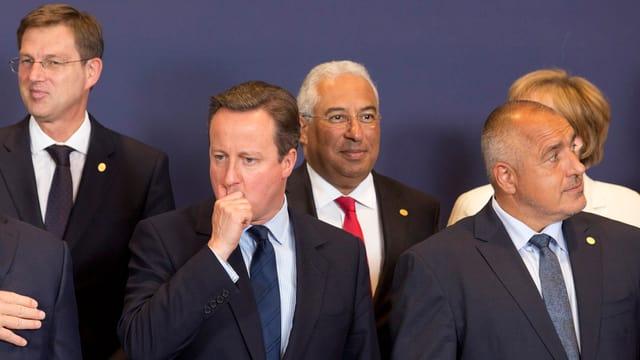 David Cameron umringt von Regierungschefs, wobei ihn niemand anschaut.