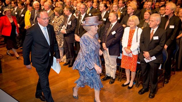 Prinzessin Beatrix schreitet mit EPO-Präsident Benoît Battistelli zur Preisverleihung.
