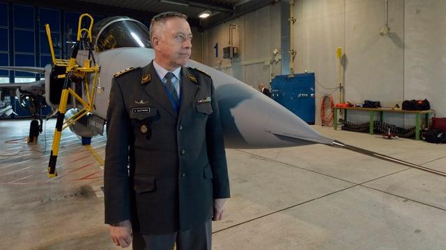 Armeechef André Blattmann steht vor einem Gripen