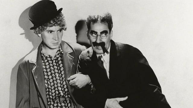 Auf dem Bild sind Groucho und Harpo Marx zu sehen.