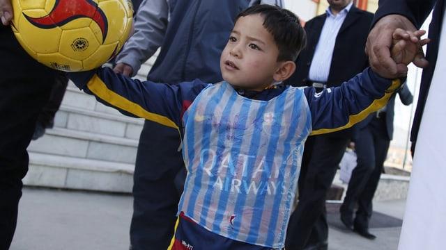 Murtaza Ahmadi mit einem Plastiksack als Trikot