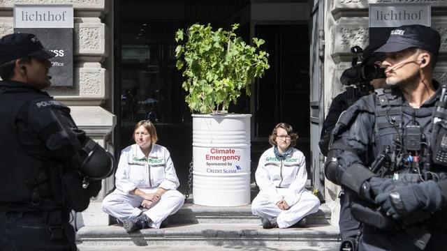 Klima-Protest vor den Eingängen der Grossbanken