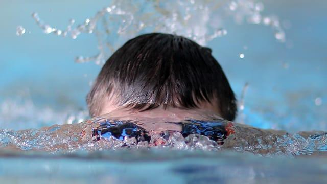 Kind schwimmt