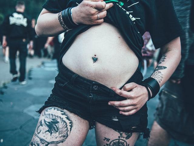 Festivalbesucherin zeigt Bauch