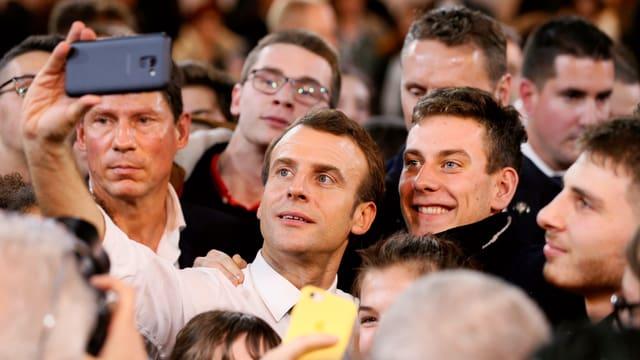 Emmanuel Macron inmitten einer Menschenmenge