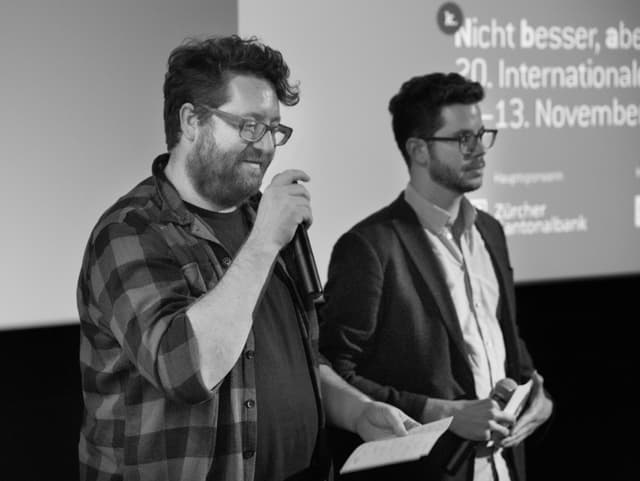 John Canciani und Remo Longhi halten eine Rede zur Eröffnung der 20. Internationalen Kurzfilmtage Winterthur.