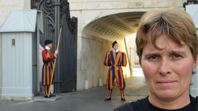 Elly Trachsel in Rom mit der Schweizer Garde abgebildet.