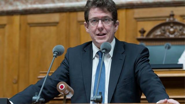 Albert Rösti am Rednerpult im Nationalratssaal.