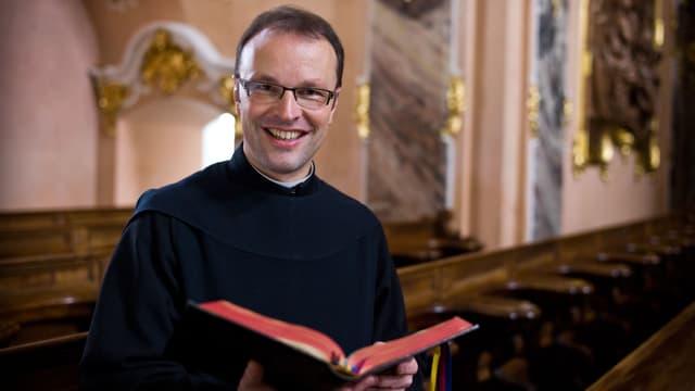 Der Abt des Klosters Einsiedeln liest ein Buch.