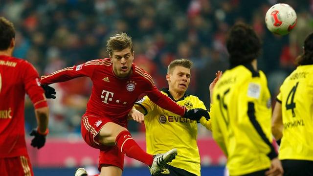 Bayern-Torschütze Toni Kroos (l.) im Duell mit Dortmunds Piszcek.