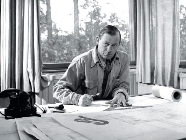Alvar Aalto in seinem Atelier, 1945