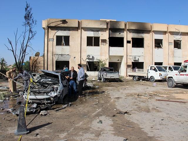 Schwere Schäden am Gebäude, links vorne ein zerstörtes Auto