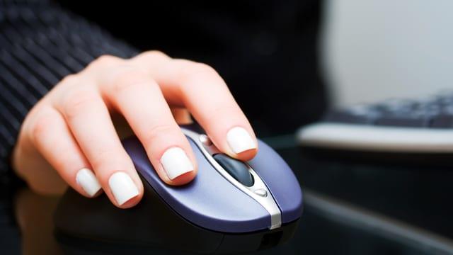 Hand auf einer Computer-Maus.