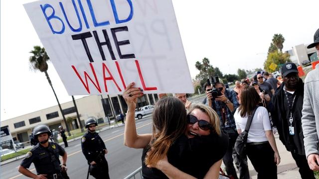 Frauen mit Plakat «Build the Wall».