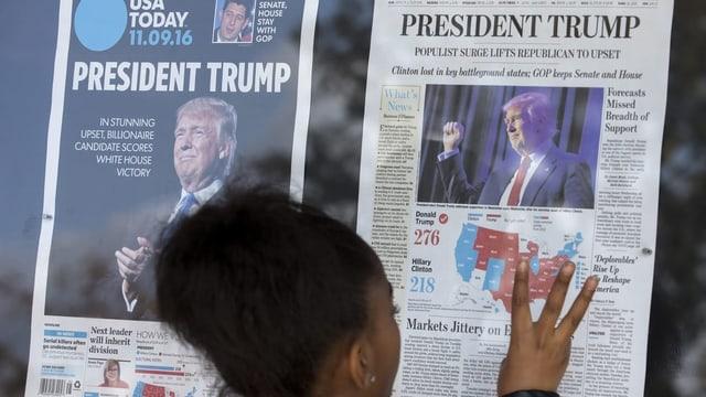 Frau vor US-Zeitungen.