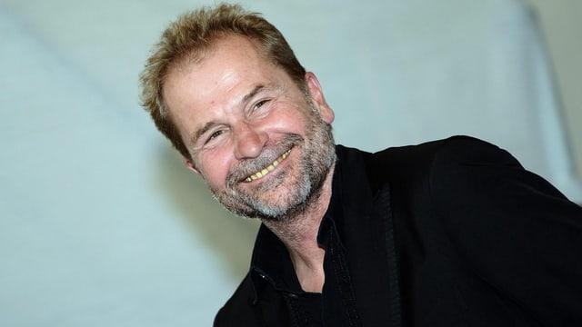 Ulrich Seidl lächelt verschmitzt in die Kamera.