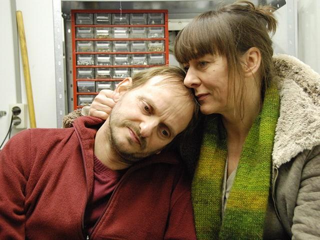 Milan Peschel spielt einen Familienvater mit einem inoperablen Hirntumor. Steffi Kühnert spielt seine Frau.