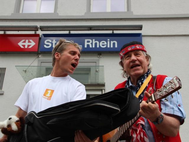 Reto Scherrer singt aus voller Kehle während ihn Hans Frischknecht auf der Gitarre begleitet.