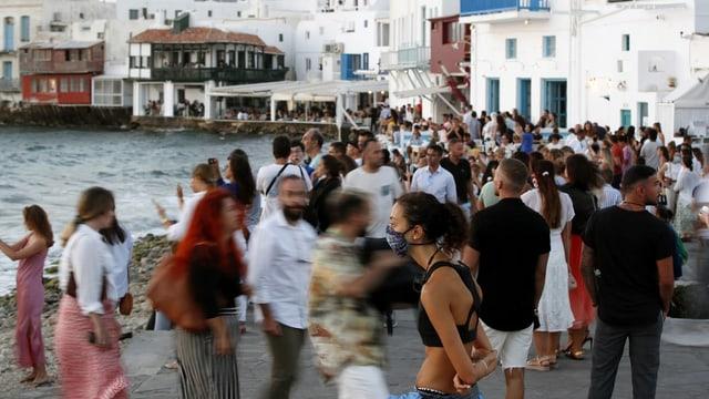 Leute in Griechenland draussen.