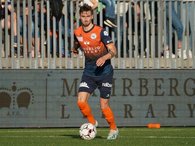 Dominik Schmid am Ball.