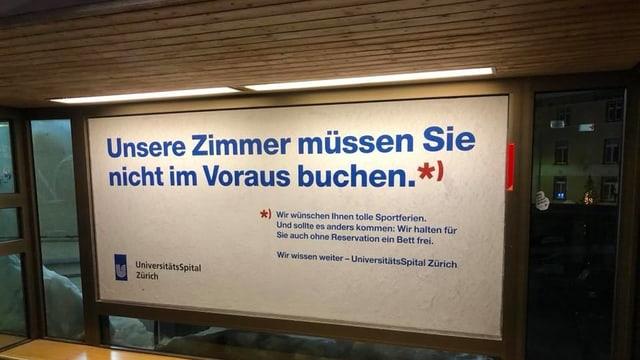 Plakat mit Aufschrift «Unsere Zimmer müssen Sie nicht im Voraus buchen.»
