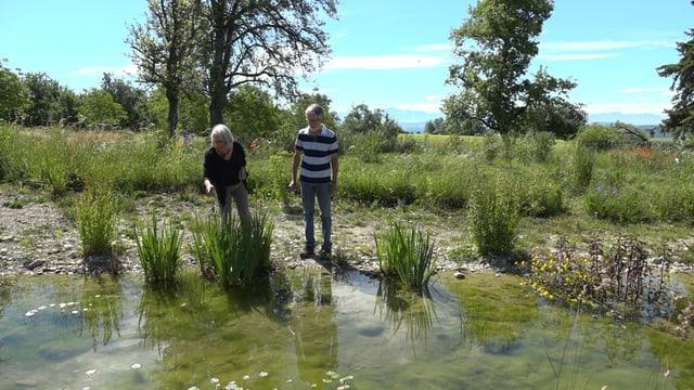 Frau und Herr Rossel an ihrem Teich